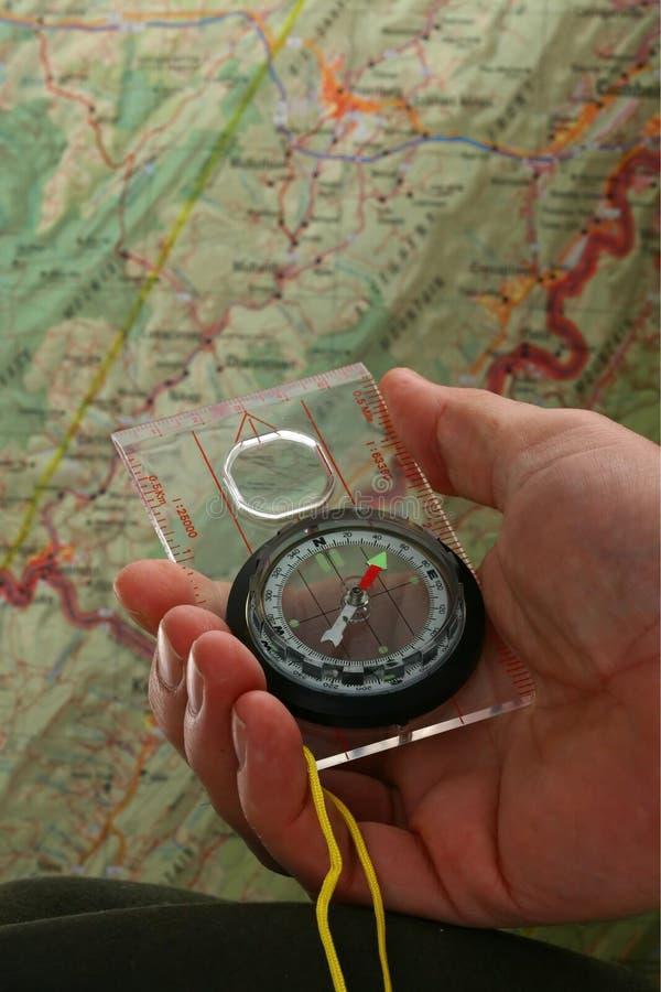 Kompaß und Karte lizenzfreies stockbild