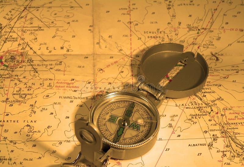 Kompaß und Seekarte lizenzfreie stockfotos