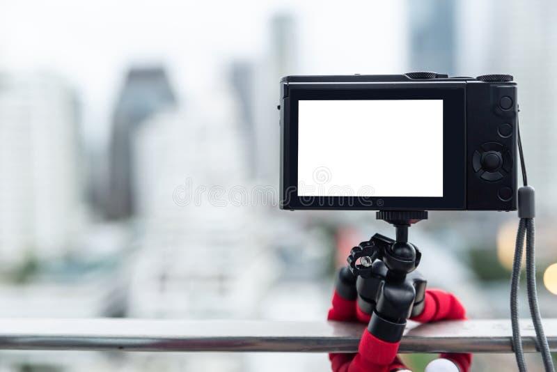 Kompakte Digitalkamera unter Verwendung des Kalmarstativs lizenzfreies stockbild