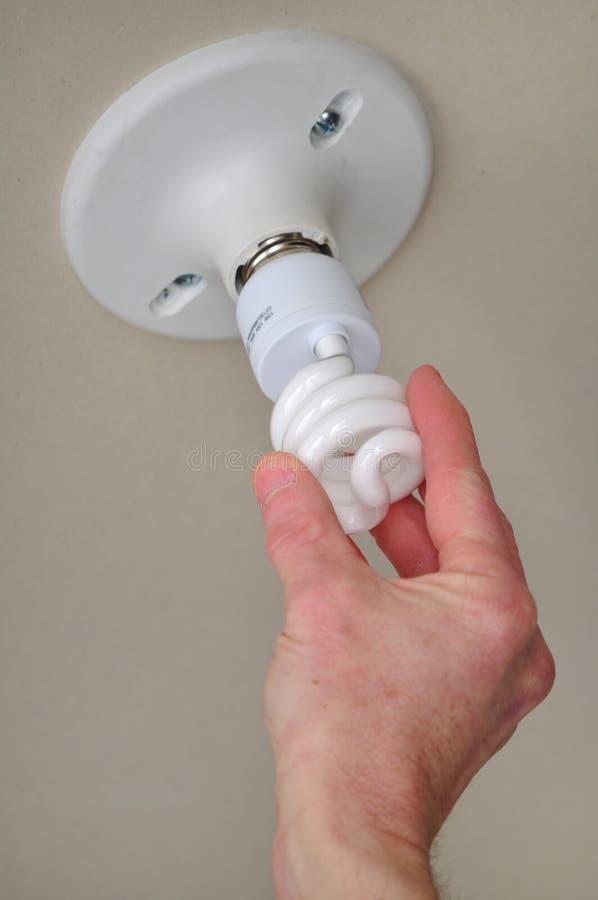 Kompakte Leuchtstoffleuchte (CFL) installieren stockfoto