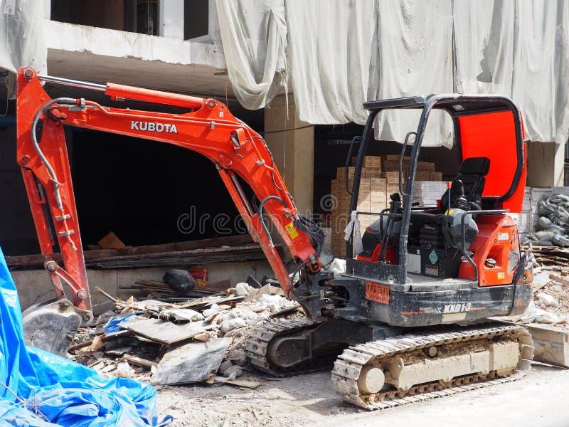 Kompakter Bagger an einer Baustelle lizenzfreies stockfoto