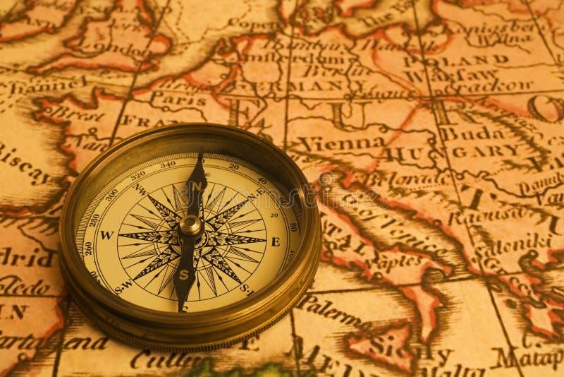 Kompas en Kaart van Europa royalty-vrije stock afbeeldingen