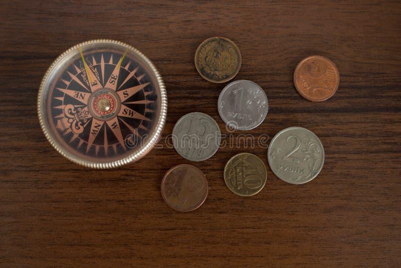 Kompas en muntstukken Lijstreiziger royalty-vrije stock fotografie