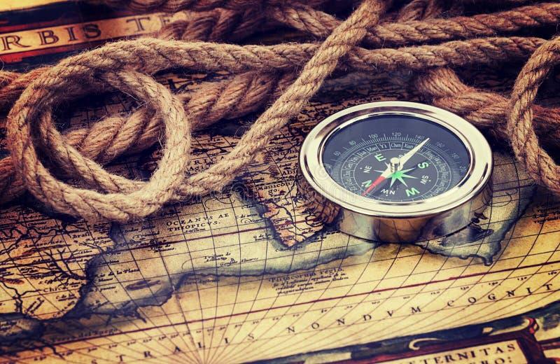 Kompas en oude kaart stock afbeeldingen