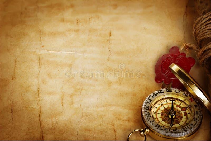 Kompas en rol met wasverbinding op uitstekend oud document royalty-vrije stock foto's