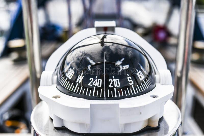Kompas, frontowy widok od żeglowanie jachtu dalej zdjęcie stock