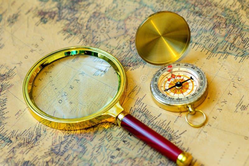 Kompas i powiększać - szklany złocisty kolor na starej mapie obraz royalty free