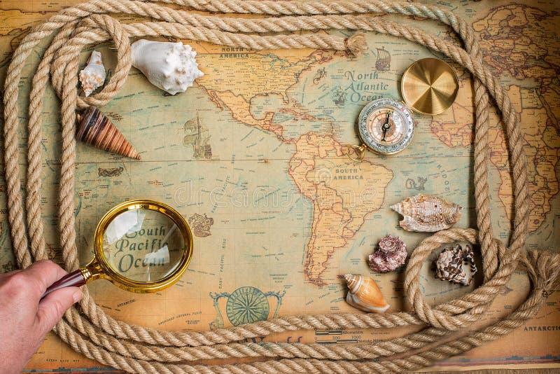 Kompas, magnifier i arkana na rocznik mapie, fotografia royalty free
