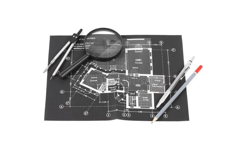 Kompas, magnifier i ołówki nad budowa rysunkiem o zdjęcia stock