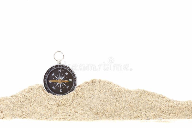 Kompas na palowym piasku, biała tło kopii przestrzeń dla teksta obrazy royalty free