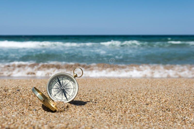 Kompas na plaży obrazy royalty free