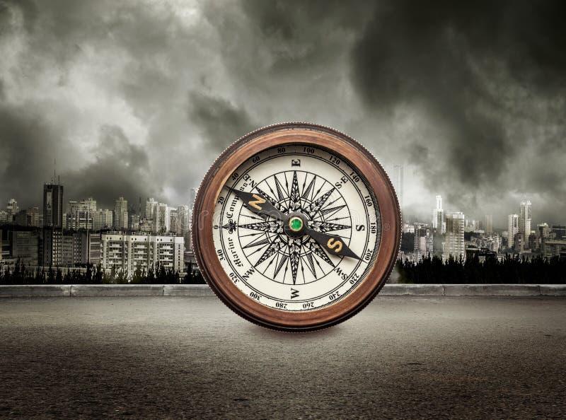 Kompas na widoku miasto w burzowym niebie zdjęcia royalty free