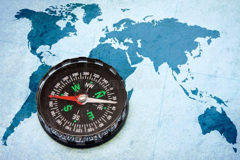 Kompas op de blauwe wereldkaart. stock foto
