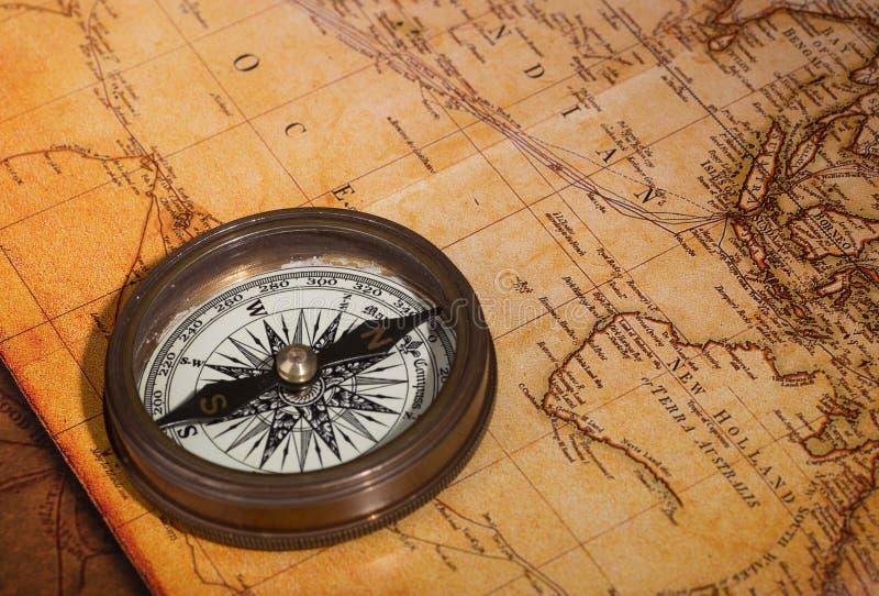 Kompas op een kaart stock foto
