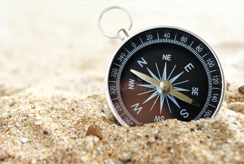 Kompas op het overzeese zand royalty-vrije stock afbeeldingen