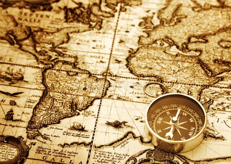 Kompas op uitstekende kaart stock afbeelding