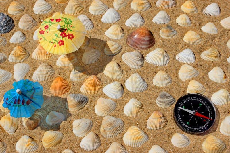 Kompas, Paraplu en Zeeschelpen stock fotografie