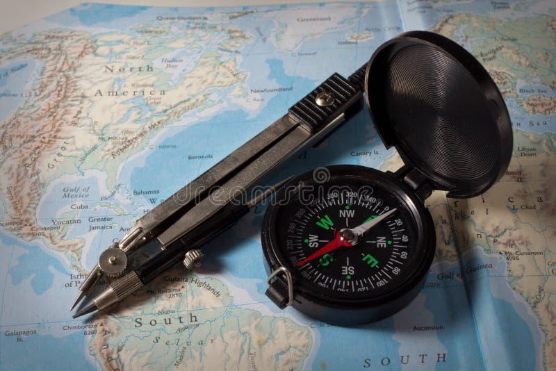 Kompas z mapą, nawigaci wyposażenie zdjęcia royalty free