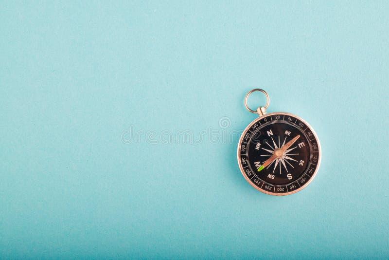 Kompass auf blauem Hintergrund für Reise- oder Richtungskonzept lizenzfreies stockfoto