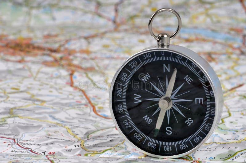 Kompass auf einer Straßenkarte lizenzfreies stockfoto
