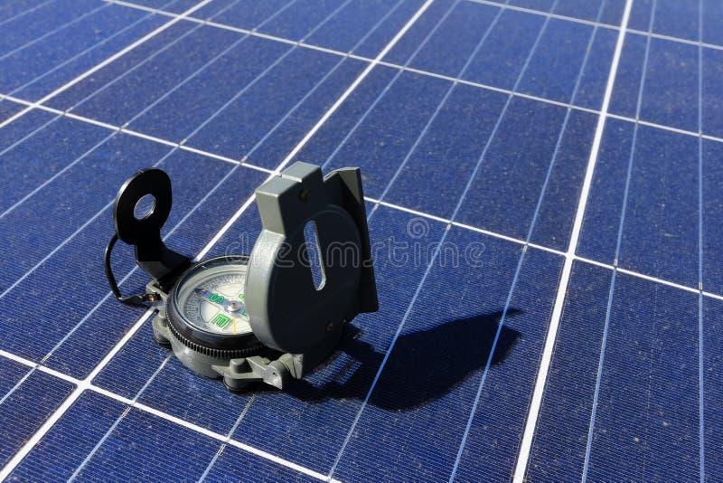 Kompass auf Sonnenkollektor-Bedeutung des Richtungs-Konzeptes lizenzfreie stockfotografie