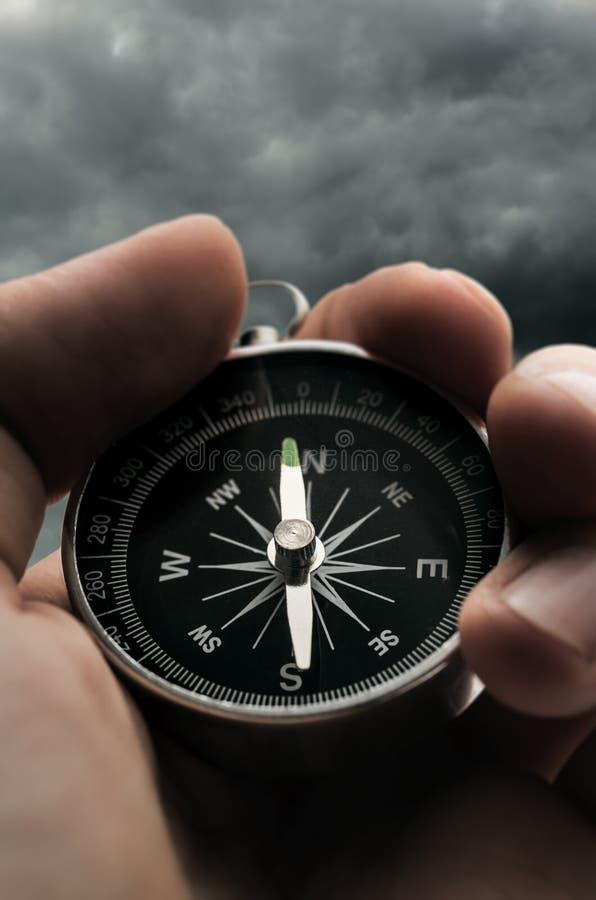 Kompass för handinnehavsvart royaltyfria foton