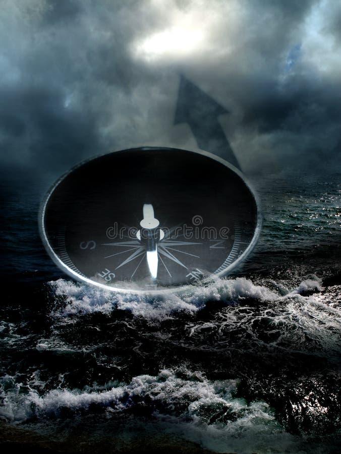 Kompass i havet på mörk himmelbakgrund arkivbilder