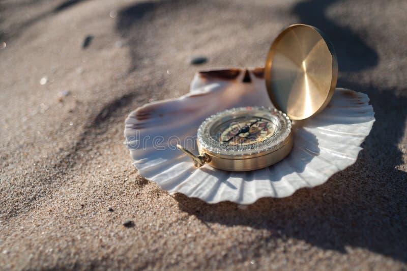 Kompass i skal arkivbild