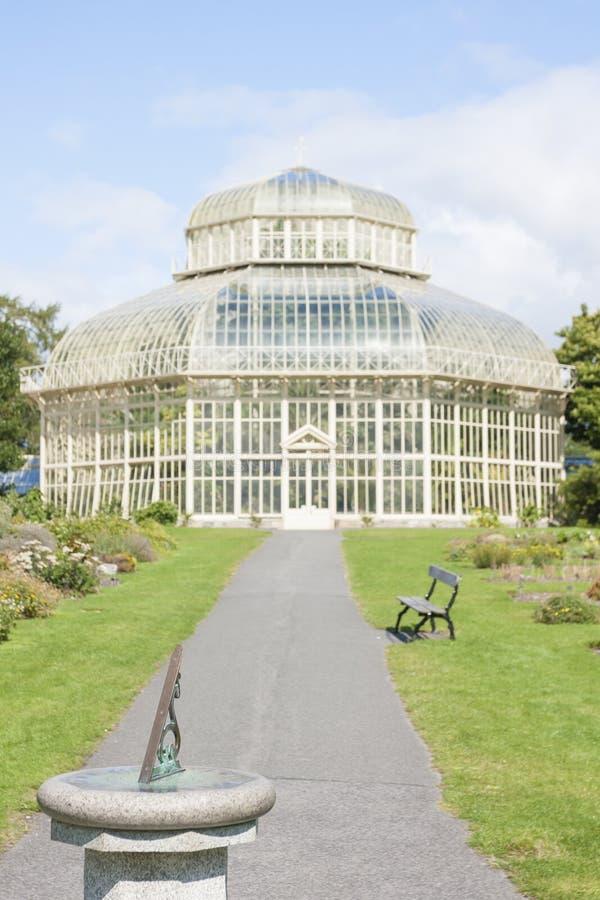 Download Kompass Im Nationalen Botanischen Garten Redaktionelles Stockbild - Bild von grün, nave: 47101464