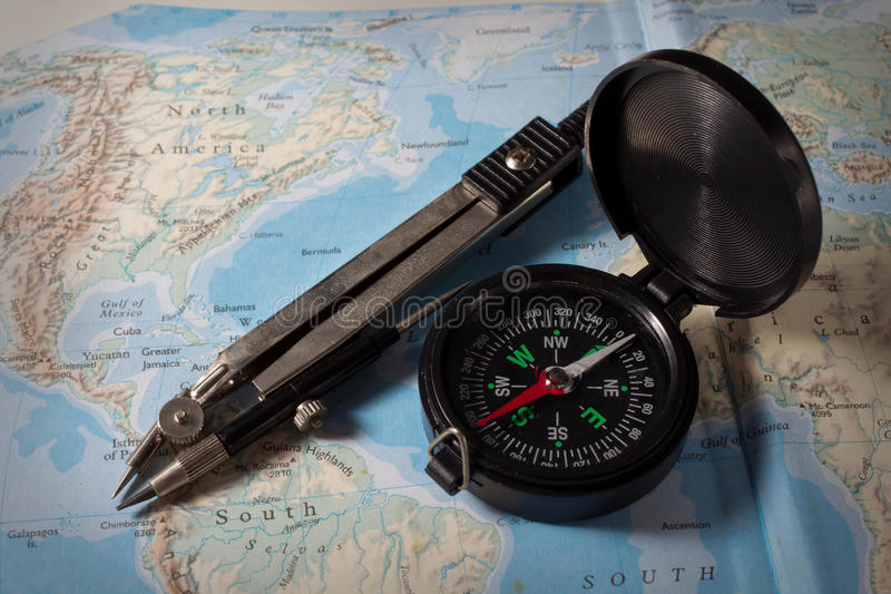 Kompass med översikten, navigeringutrustning royaltyfria foton