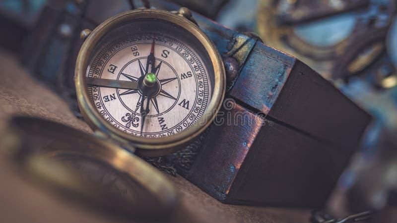 Kompass mit hölzerner Schatztruhe stockbild