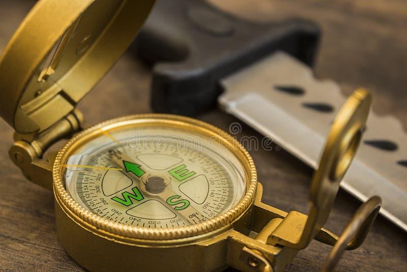 Kompass och överlevnadkniv arkivfoto