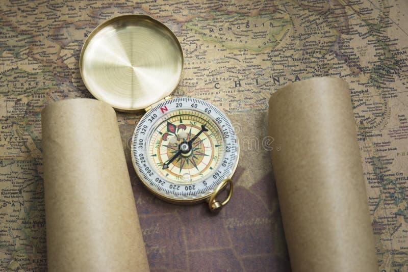 Kompass och översikt arkivbild