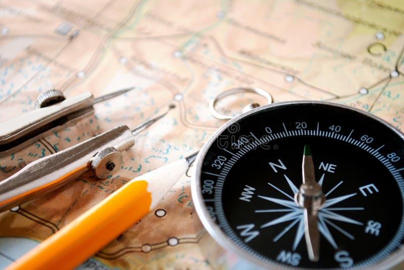 Kompass och blyertspenna på en översikt arkivbilder