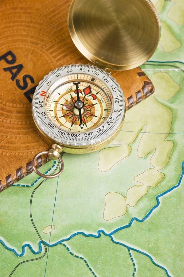 Kompass och pass royaltyfri foto