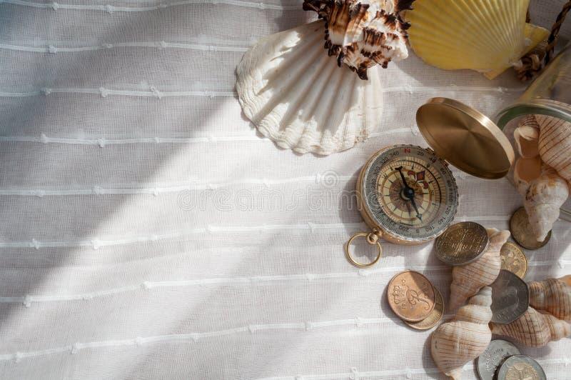 Kompass och snäckskal royaltyfri fotografi