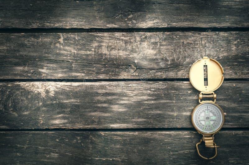 Kompass på åldrig trätabellbakgrund royaltyfri foto