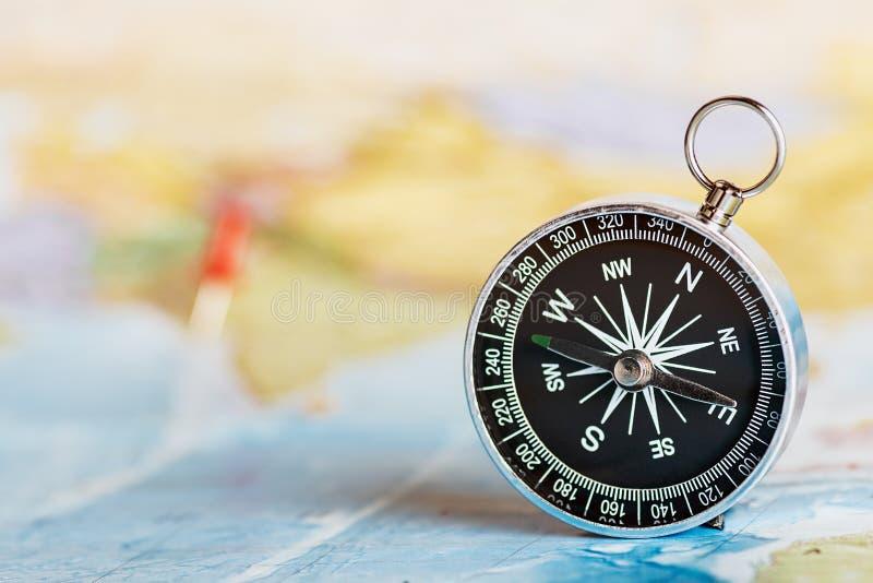 Kompass på den turist- översikten arkivfoto