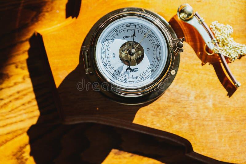 Kompass på en gul yttersida royaltyfri fotografi