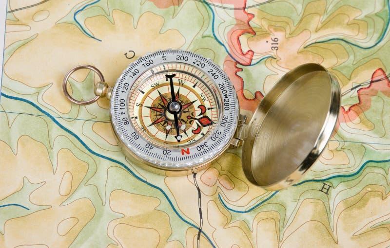 Kompass på en kartlägga arkivfoton