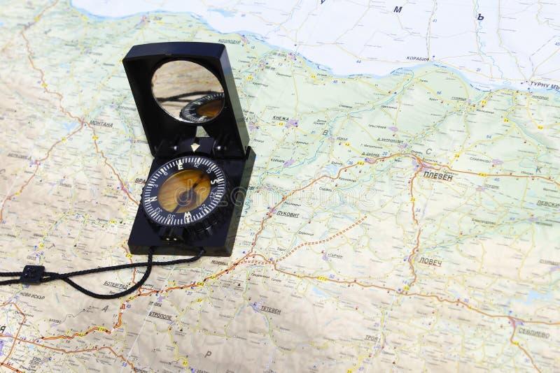 Kompass på en kartlägga royaltyfria bilder