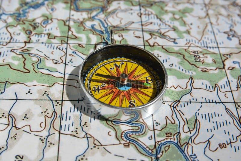 Kompass på kartlägga arkivbild
