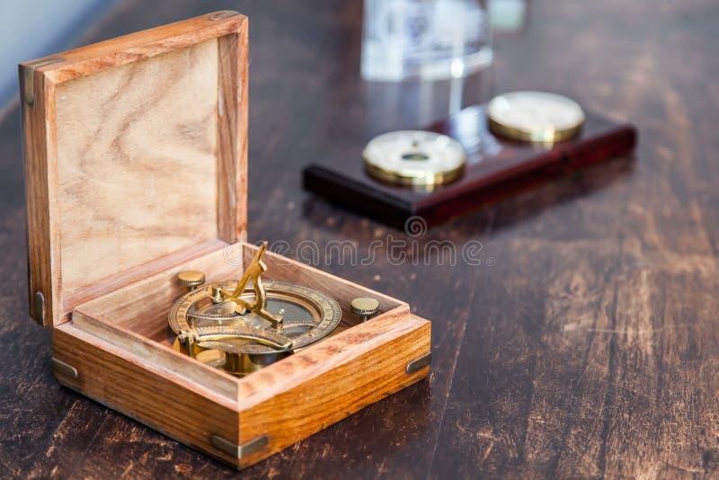 Kompass på skärm i en ask arkivbilder