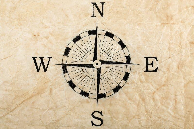 Kompass på skrynkligt papper royaltyfri bild