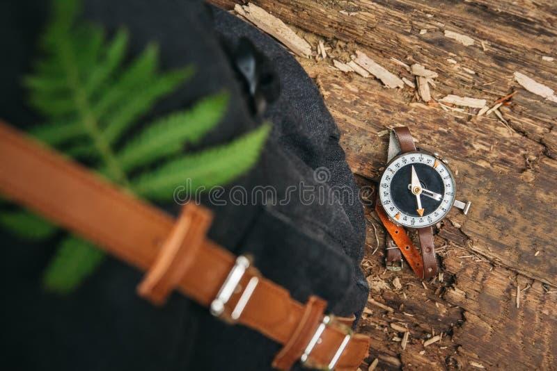 Kompass på träbakgrund, begreppet för riktningstrans. och lopp ovanf?r sikt fotografering för bildbyråer