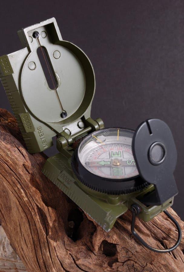 Kompass på trät. royaltyfria bilder