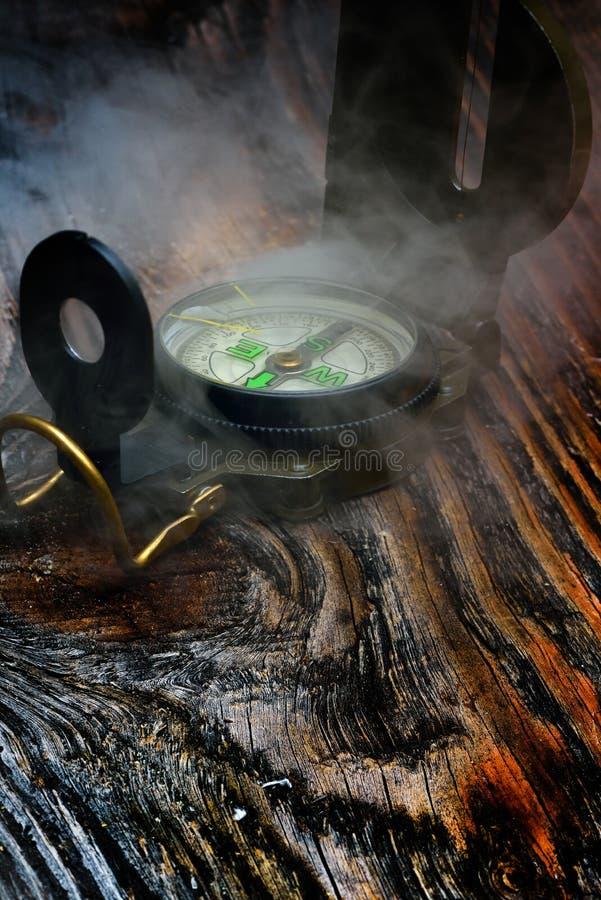 Kompass på träyttersida arkivbild