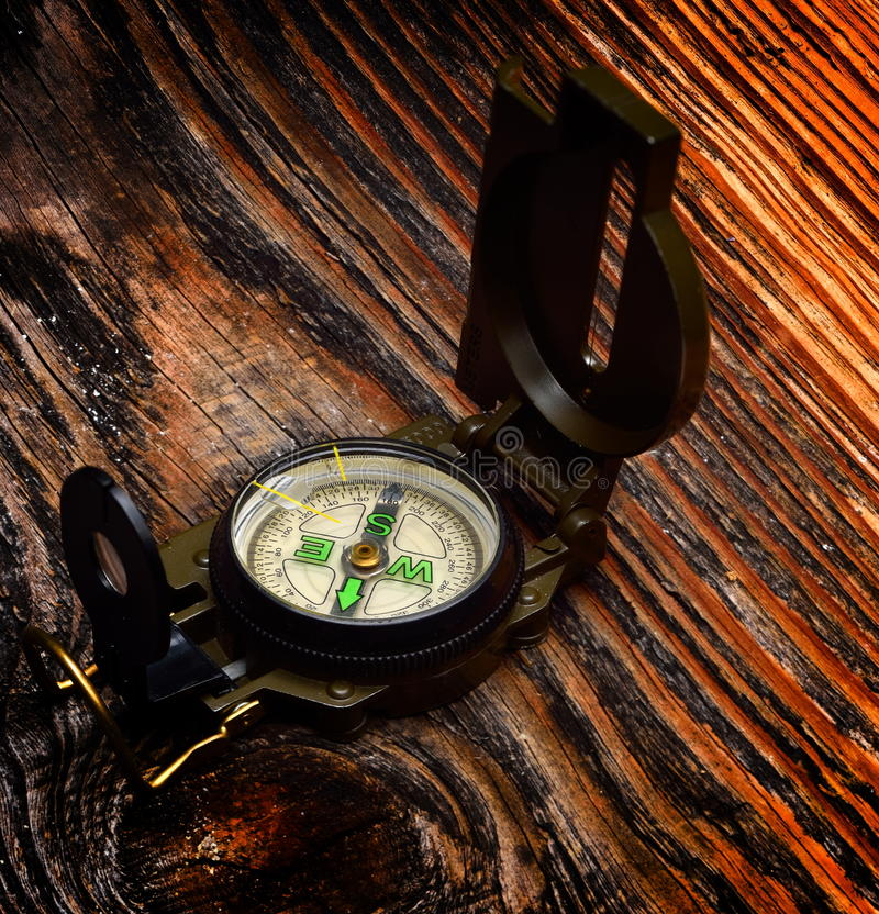 Kompass på träyttersida arkivfoton