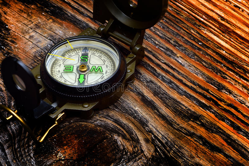 Kompass på träyttersida arkivfoto