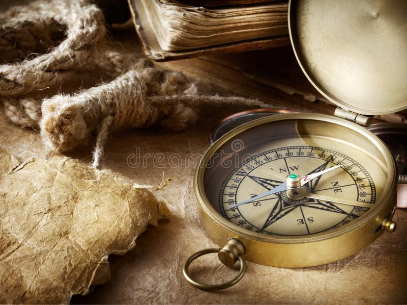 Kompass, rep och bok arkivbilder